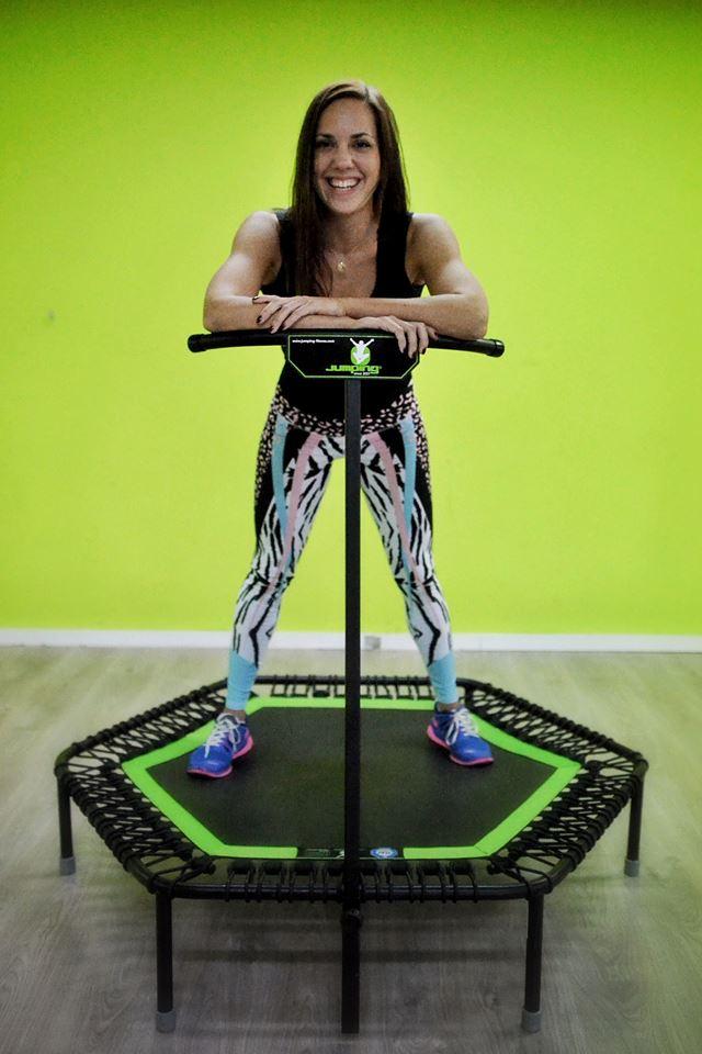 Ukázka z cvičení na trampolínách pro dospělé